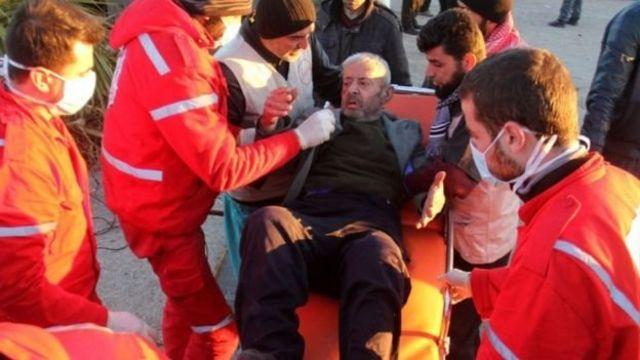 مسن يتلقى المساعدة الطبية لدى خروجه من المناطق المحاصرة