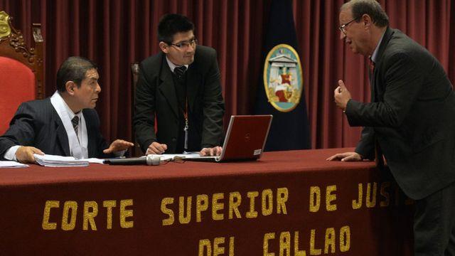 El juez Dilo Huaman (izq.) escucha los argumentos del abogado de Michaella McCollum, 21 de agosto de 2013
