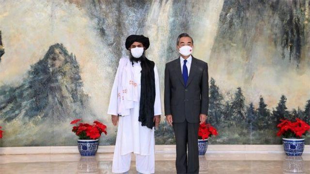 Ngoại trưởng Trung Quốc Vương Nghị (bên phải) và Lãnh đạo Taliban Mullah Baradar (bên trái)