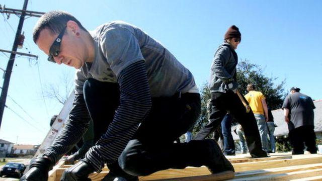 Chester Bennington (kiri) menyatukan papan untuk membuat rangka saat dia menjadi relawan aksi sosial di Music for Relief dan Habitat for Humanity. Dia turun tangan membantu pembangunan rumah untuk korban Badai Katrina (28 Februari 2008)