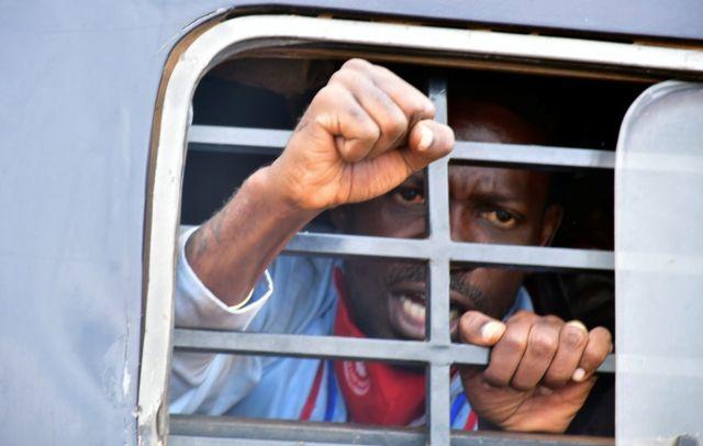 مرشح الرئاسة الأوغندية بوبي واين لدى اعتقاله خلال تجمع انتخابي