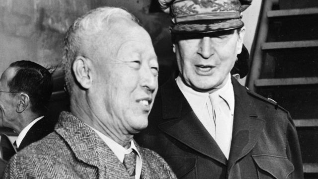 韩国前总统李承晚(左)