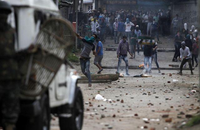 सुरक्षा बलों के साथ प्रदर्शनकारियों की झड़प