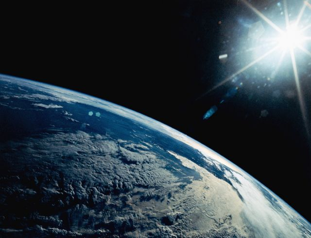 Una vista de la Tierra desde el transbordador espacial Discovery muestra el Sol de la tarde en la Cordillera de los Andes.