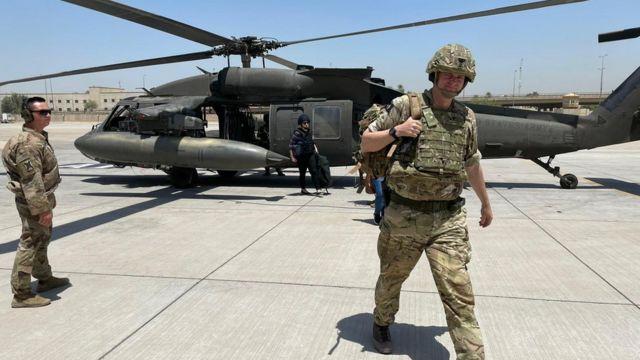 العميد ريتشارد بيل ينزل من مروحية في العراق