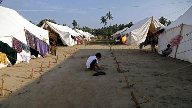 Ratusan warga Muslim Rohingya dipaksa mengungsi akibat pertempuran bulan lalu.