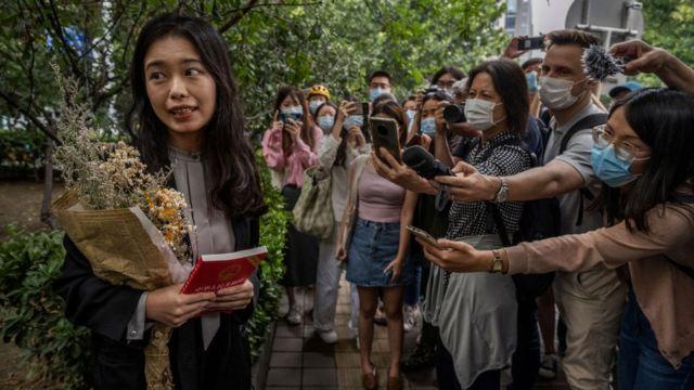 चीनको मि टू अभियानकी प्रमुख चेहरा सियाङ्जी पत्रकार र समर्थकसँग बोल्दै