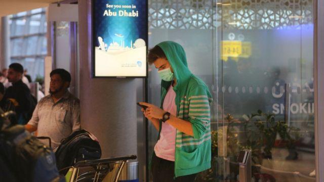 مسافر في مطار أبو ظبي الدولي