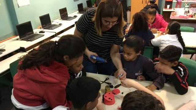 Débora Garofalo com os alunos