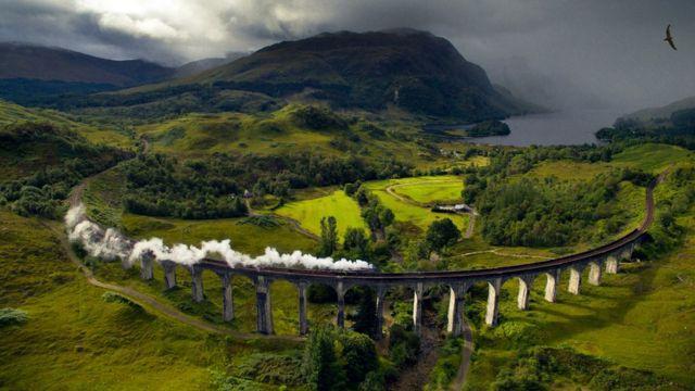 El viaducto Glenfinnan a lo largo de West Highland Line, en Escocia.