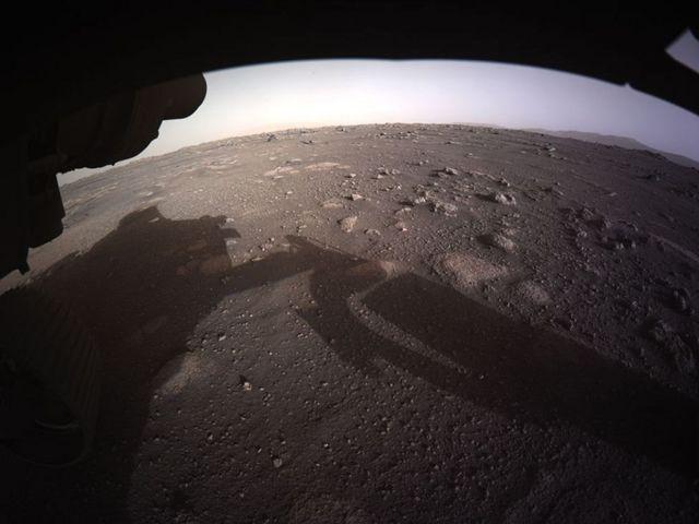 Вид с марсохода спереди. Тень - от руки робота
