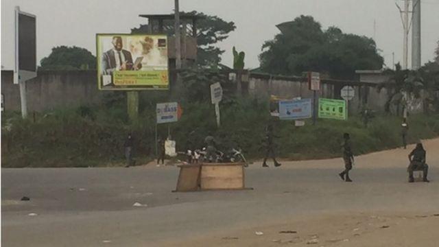 Des militaires au Carrefour Faya à côté du camp d'Akouedo