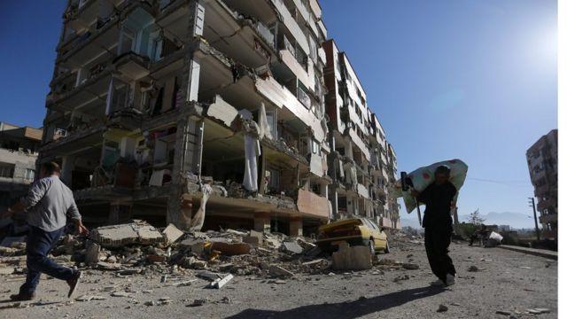 Destroços na cidade de Sarpol-e Zahab