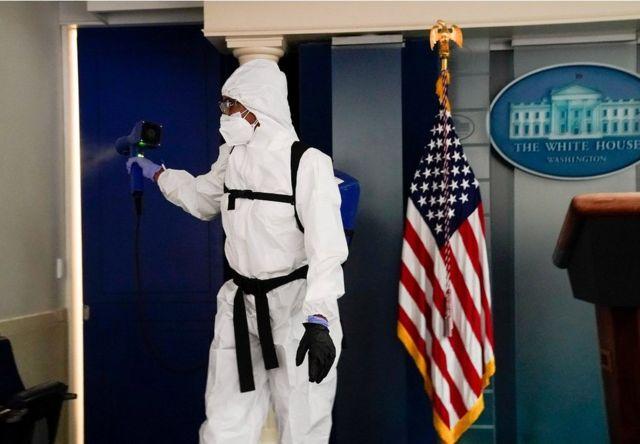 工作人员在白宫新闻发布室进行消毒。