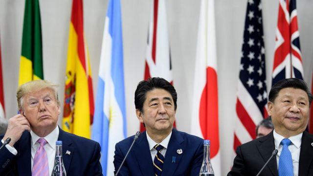 رییس جمهور آمریکا در کنار نخست وزیر ژاپن و رییس جمهور چین