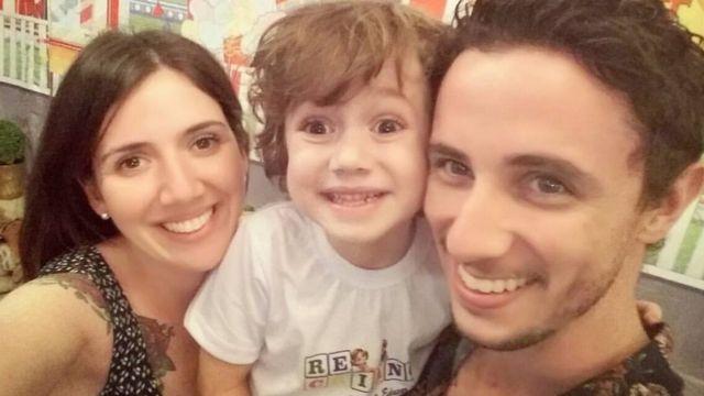 Enrico com os pais, Nathália e Alexandre