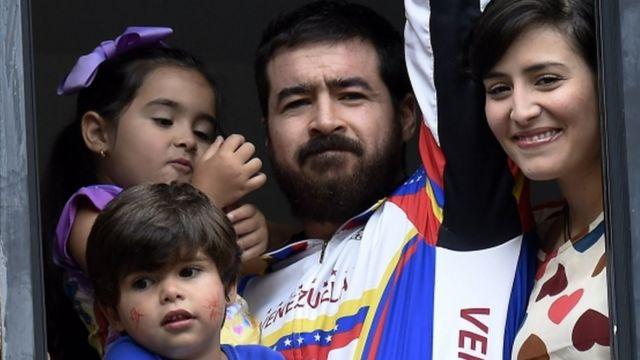 Венесуэльский оппозиционный политик Даниэлдь Себальос со своей семьей