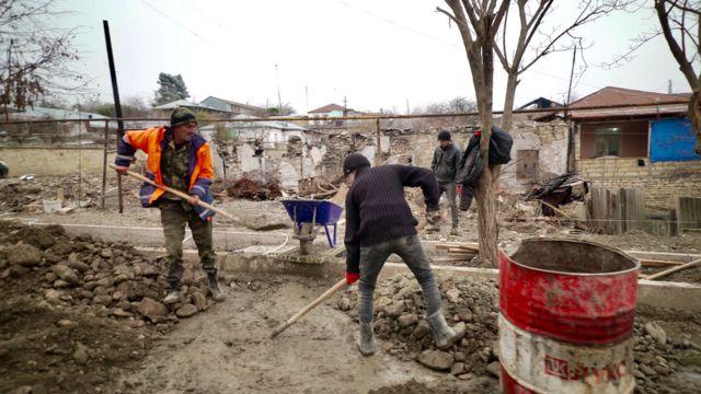 Рабочие восстанавливают дорогу в Мартуни