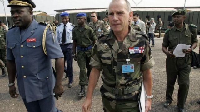 Gen John Numbi, (i bubamfu) ari kumwe na Gen Christian Damay w'igisirikare c'Ubufaransa inyuma y'ikiganiro n'abamenyeshamakuru mu gisagara ca Kinshasa itariki 14 z'ukwezi kw'indwi 2006.