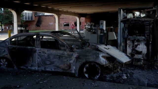 Сгоревший автомобиль после протестов в Миннеаполисе