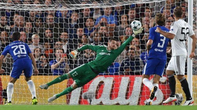 El portero de Qarabag, Ibrahim Sehic, no alcanza un disparo del mediocampista del Chelsea, Pedro, en su derrota 6-0 contra el equipo inglés.