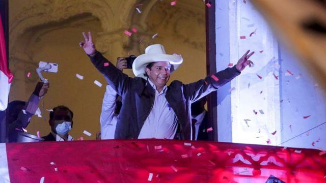 Pedro Castillo saluda desde un balcón con confeti.