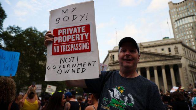 Manifestante contra el mandato de vacunas obligatorias en Nueva York.