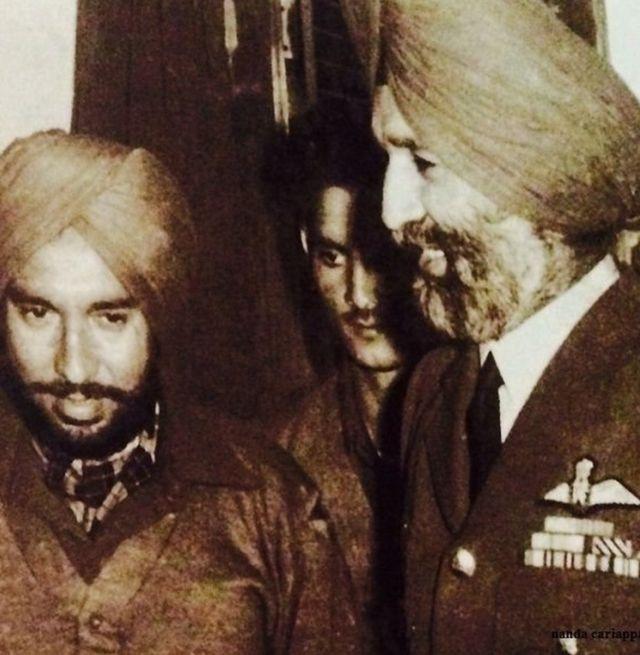 युद्धबंदी के तौर पर पाक से लौटने के बाद ब्रजपाल सिकंद भारतीय वायुसेना प्रमुख अर्जन सिंह के साथ.