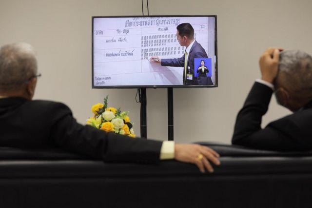 หน้าจอโทรทัศน์ถ่ายทอดภาพการนับคะแนน
