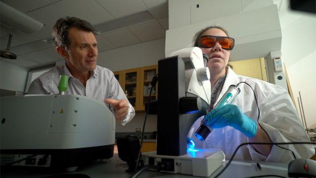 Prof Mason, BBC Bilim Editörü David Shukman'a araştırmanın sonuçlarını gösteriyor.