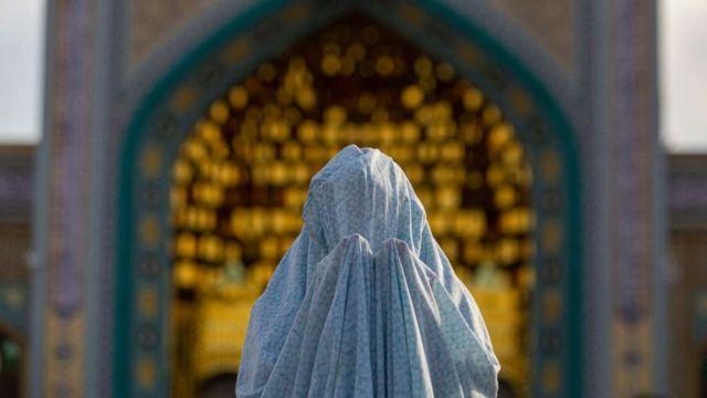مصلية إيرانية تؤدي صلاة العيد في أحد المراقد المقدسة في طهران