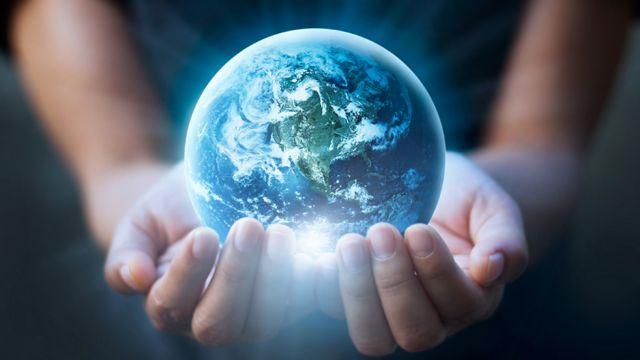Ilustración de manos sosteniendo un planeta