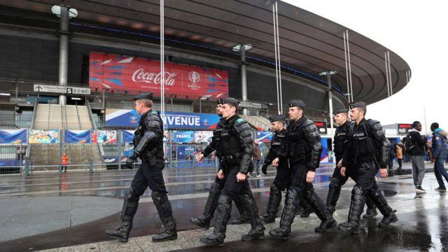 Polícia no Stade de France, em Paris