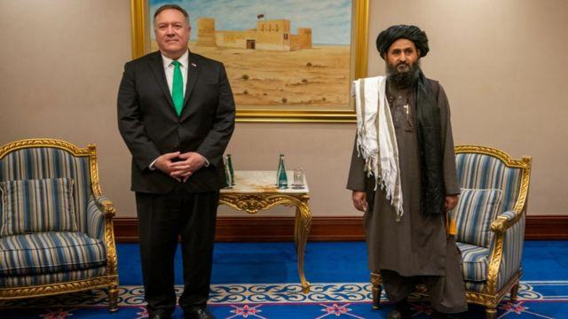 عبدالغنی برادر کنار مایک پومپئو وزیر خارجه وقت آمریکا