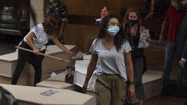 أقارب ضحايا انفجار مرفأ بيروت يتجمعون أمام منزل وزير الداخلية اللبناني محمد فهمي خلال احتجاج للمطالبة بسير التحقيق العادل في انفجار مرفأ بيروت.