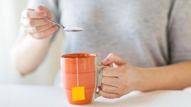 Una persona con una taza de té