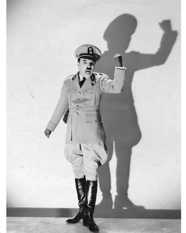 《大独裁者》中卓别林扮演的德曼尼亚国的独裁者,扮相与希特勒相同。(photo:BBC)