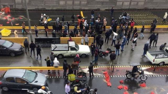 معترضان که با شوک قیمت بنزین مواجه شده بودند در تهران و سایر شهرها بعضی راهها را بستند