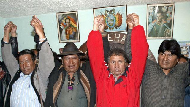 Evo Morales levanta el brazo con otros dirigentes políticos