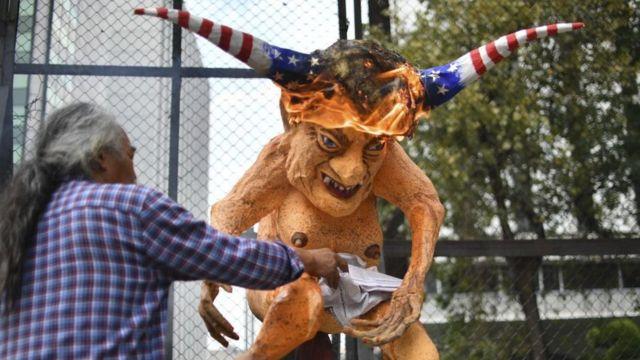 அமெரிக்கா-மெக்சிகோ இடையே தடுப்பு சுவர் கட்டும் திட்டம் எதிர்ப்பு தெரிவித்து போராட்டம் (கோப்புப்படம்)