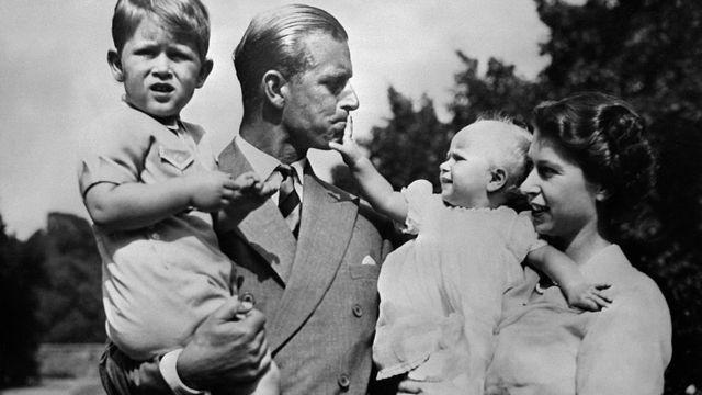 La reina Isabel II y el príncipe Felipe, duque de Edimburgo, y dos de sus hijos.