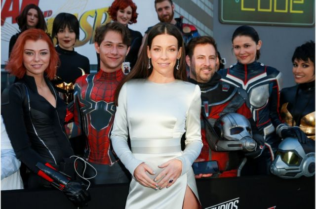 莉莉(Evangeline Lilly,中)担纲黄蜂女(The Wasp)一角,与蚁人并肩作战对抗反派。