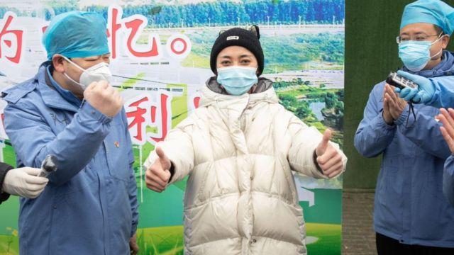 Paciente recebe alta de hospital em Wuhan, epicentro do surto na China