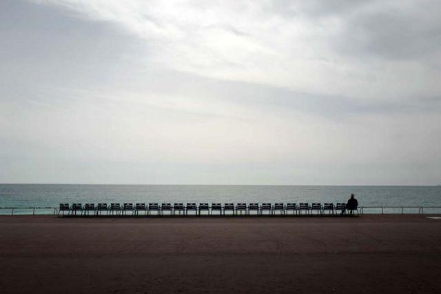 Um homem observa o mar Mediterrâneo em Nice, na França, em março