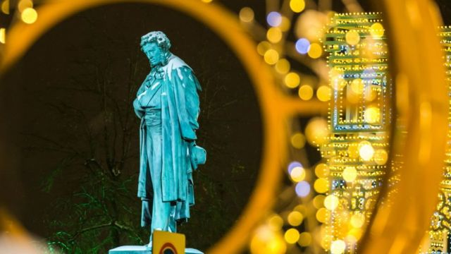 Памятник Пушкину в новогодней иллюминации