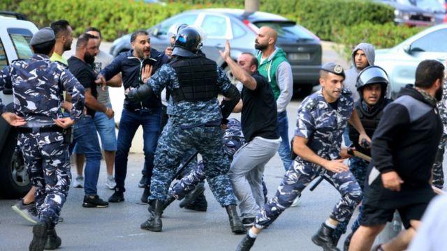 پلیس در بیروت سعی در ممانعت از حمله طرفداران حزبالله و عمل به معترضان دارد