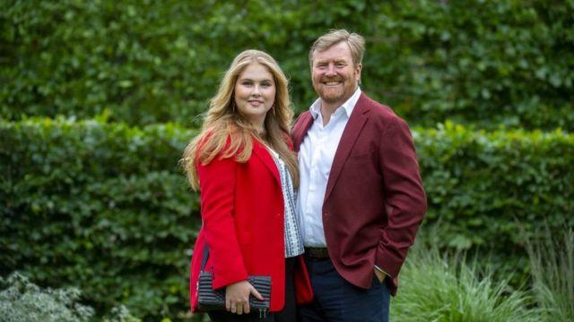Принцесса Амалия и ее отец, король Виллем-Александр, в Гааге 16 июля 2021 года
