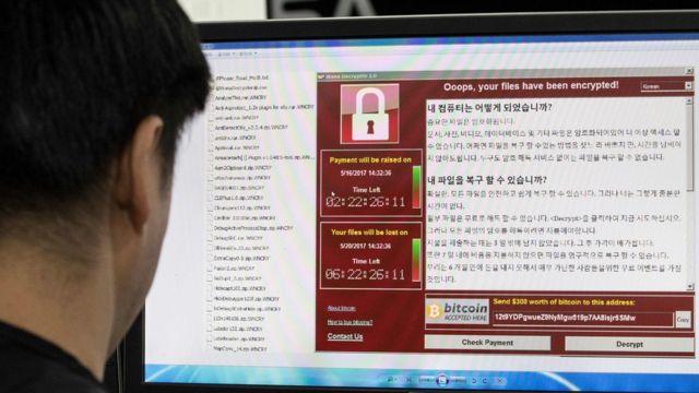 Güney Koreli bir kişi fidye yazılımı izliyor