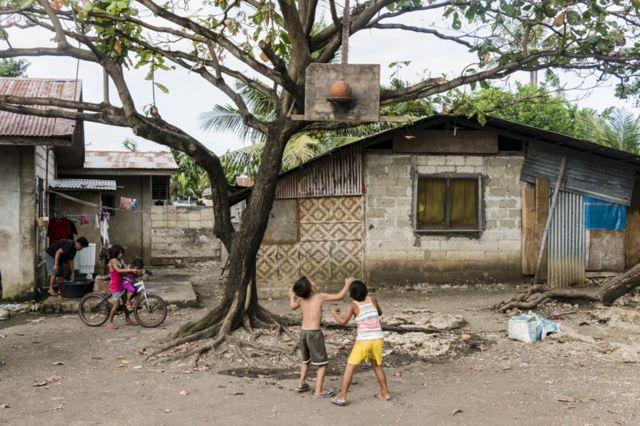 طفلان يلعبان كرة السلة
