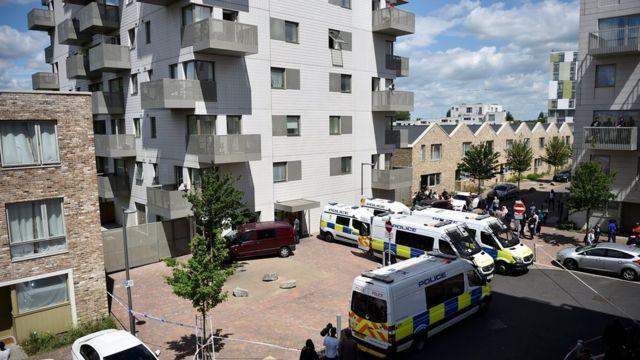 La policía allana un edificio en el este de Londres